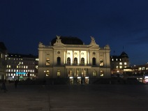 Blauer Himmel überm Zürcher Opernhaus